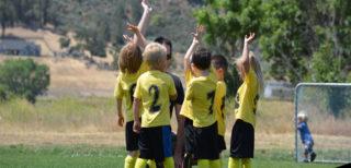 beneficios de jugar a fútbol en niños